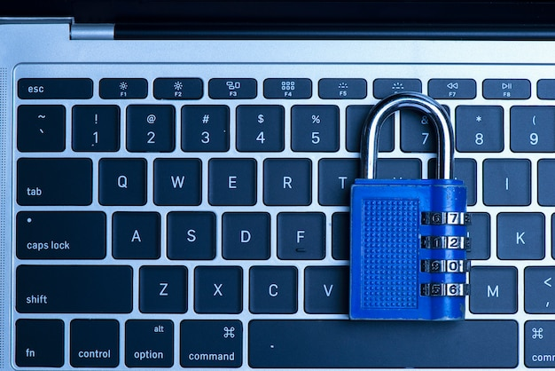 Koncepcja bezpieczeństwa komputerowego z zamkniętą niebieską kłódką na klawiaturze