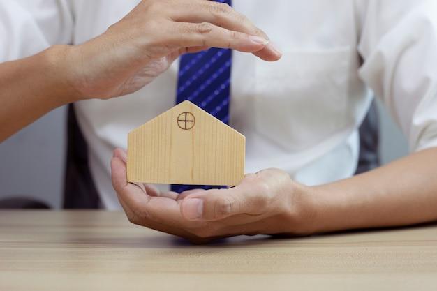 Koncepcja bezpieczeństwa w domu i gest ochronny człowieka i modelu domu