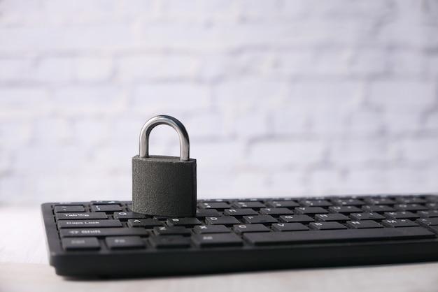Koncepcja bezpieczeństwa w internecie z kłódką na klawiaturze komputera.