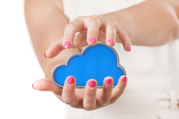 Koncepcja bezpiecznego przechowywania online. dwie ręce kobiety ochrona cloud computing symbol na białym tle.