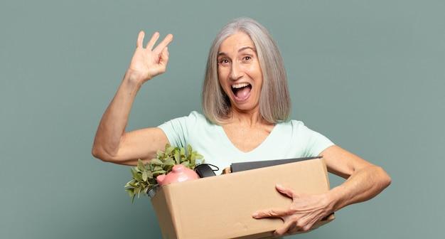 Koncepcja bezrobotnych ładna kobieta siwe włosy