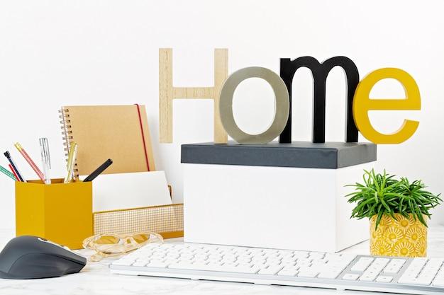 Koncepcja biura domowego z kwiatami w doniczkach i materiałów biurowych, klawiatury komputera i myszy