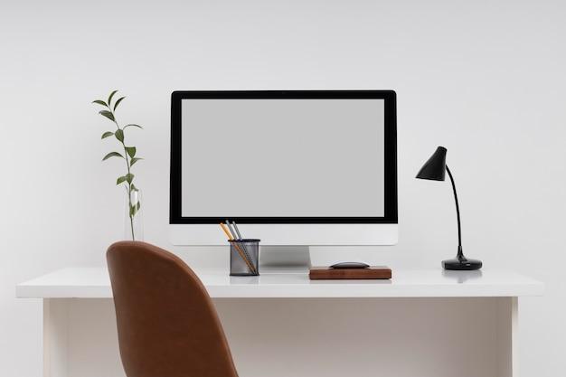 Koncepcja biurka biznesowego z monitorem