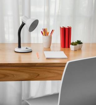Koncepcja biurka z krzesłem i notatnikiem