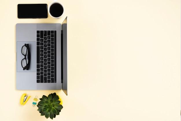 Koncepcja biurka z widokiem z góry z inteligentnymi urządzeniami