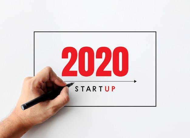 Koncepcja biznesowa 2020. biznesmen pisze biznesplanie