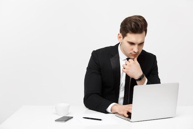 Koncepcja biznesowa biznesmen myślenia pomysły strategia pracy koncepcja w biurze