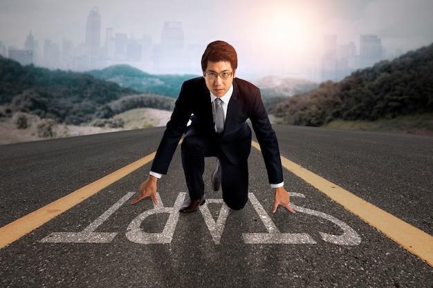 Koncepcja biznesowa dla małych i średnich przedsiębiorstw, nowy biznesmen przygotowuje się do przekazania na drodze do sukcesu