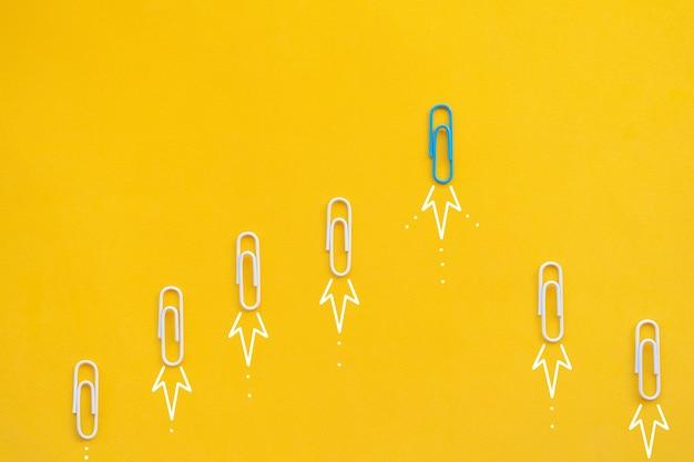 Koncepcja biznesowa dla nowych pomysłów kreatywność innowacyjne rozwiązanie i koncepcja przywództwa z niebieskim papierem