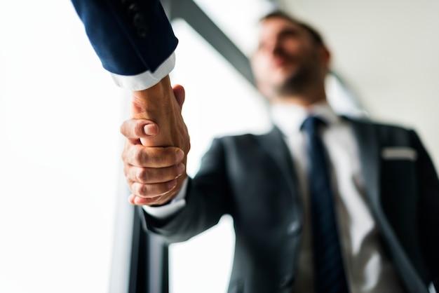 Koncepcja biznesowa handshake mężczyzn