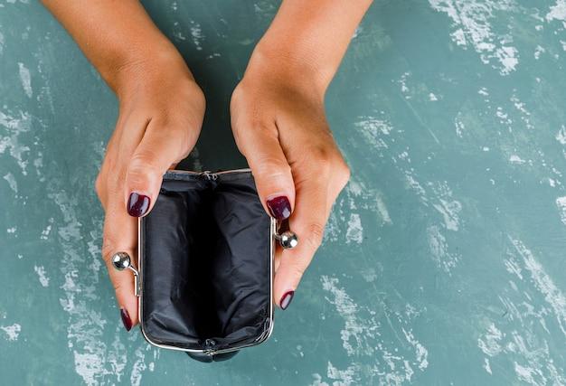 Koncepcja biznesowa i finansowa. kobieta trzyma otwartą torebkę.