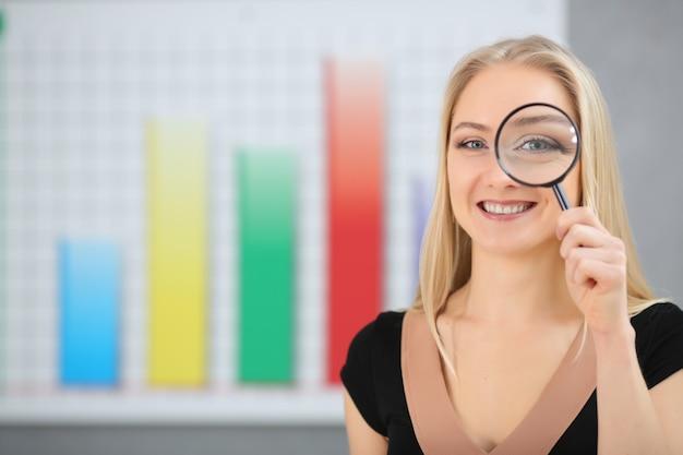 Koncepcja biznesowa: kobieta w aktywnym wyszukiwaniu