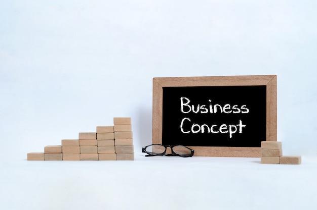 Koncepcja biznesowa napisana na tablicy