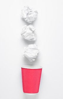 Koncepcja biznesowa pakietu office. kulki papierowe, pusty kubek kawy.