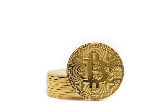 Koncepcja biznesowa, pieniądze, technologia i kryptowaluta. zbliżenie złotych monet bitcoin na białym tle.