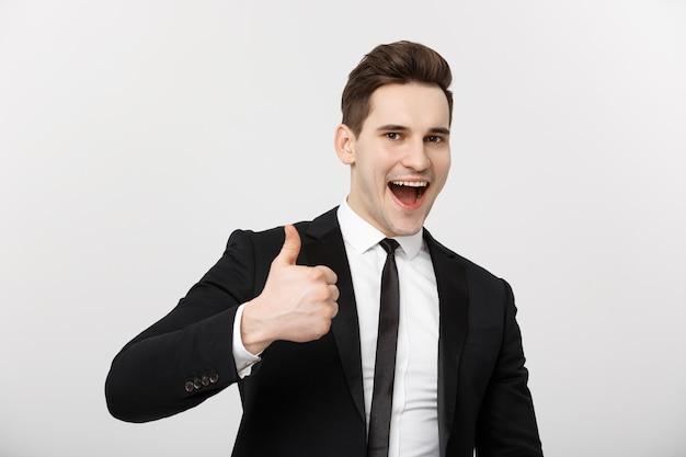 Koncepcja biznesowa portret podekscytowanego mężczyzny z otwartymi ustami, ubranego w strój wizytowy, z kciukiem do góry...