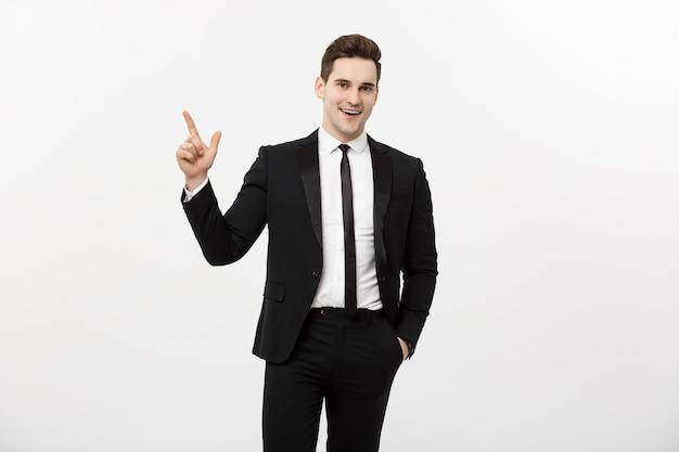 Koncepcja biznesowa: przystojny biznesmen z palcem skierowanym w górę na białym tle nad białym tłem