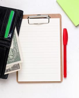 Koncepcja biznesowa pusty arkusz papieru obok portfela.
