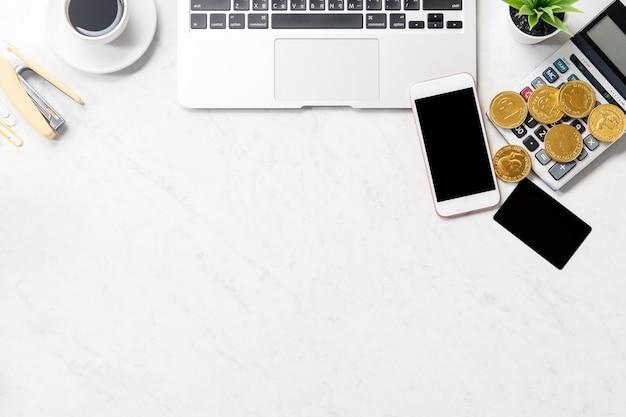 Koncepcja biznesowa, rachunkowości i płatności informacje finansowe na białym tle na nowoczesnym marmurowym stole biurowym