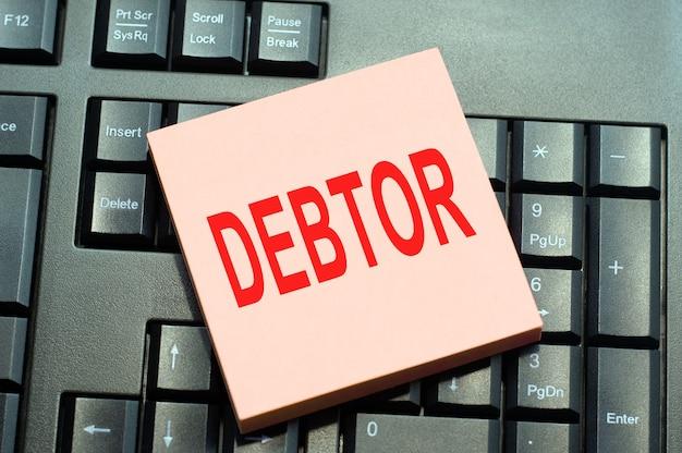 Koncepcja biznesowa rekord oceny finansowej napisany na karteczce papieru na czarnej klawiaturze