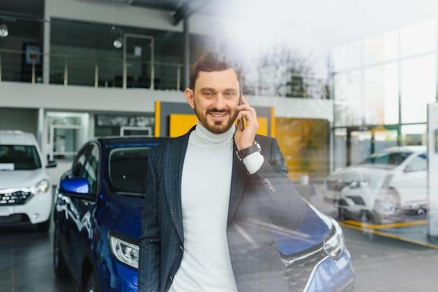 Koncepcja biznesowa, sprzedaż samochodów, konsumpcjonizm i ludzie