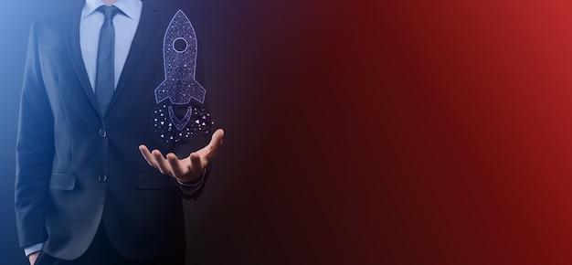 Koncepcja biznesowa startupu, trzymająca rakietę z ikoną startuje i szybuje w powietrzu