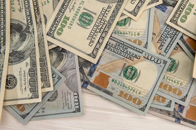 Koncepcja biznesowa stos 100 dolarowych banknotów oszczędzających wymianę