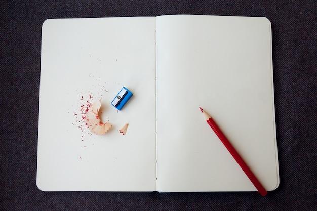 Koncepcja biznesowa, styl życia - notatnik z ołówkiem i wiórami z ołówka na brązowym tle z tkaniny cloth
