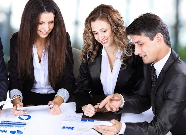 Koncepcja biznesowa, technologii i pakietu office - uśmiechnięta szefowa rozmawia z zespołem biznesowym