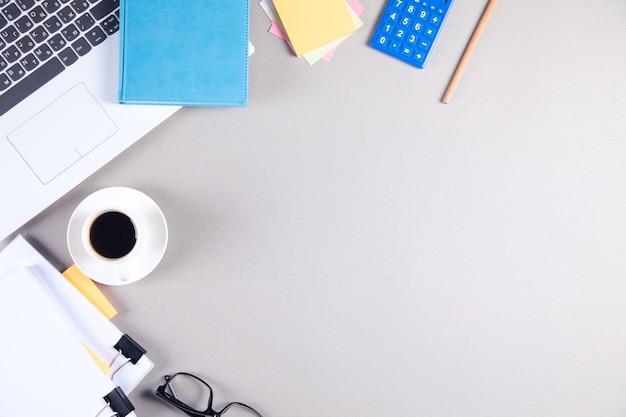 Koncepcja biznesowa tło. zbliżenie filiżanki kawy, notatnika, klawiatury i myszy na stole z drewna.