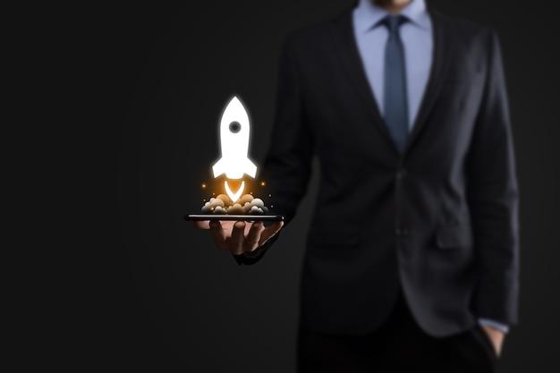 Koncepcja biznesowa uruchomienia, biznesmen trzymając tablet i rakieta ikona
