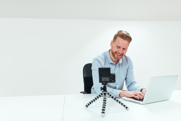 Koncepcja biznesowa vloggingu. uśmiechnięta biznesmen filmowania klasy biznes prezentacja.