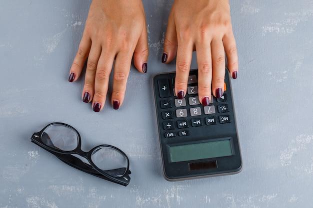 Koncepcja biznesowa w okularach. kobieta dokonywania obliczeń.