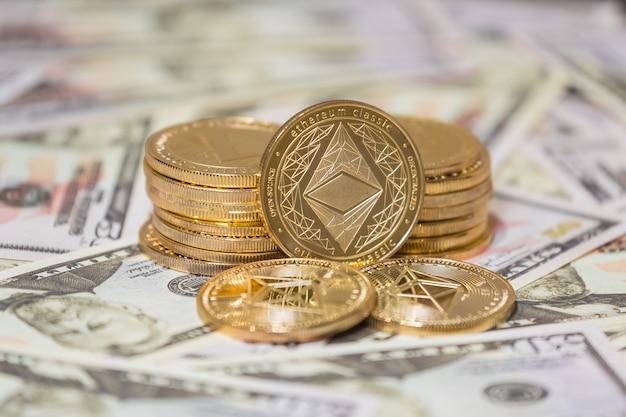 Koncepcja biznesowa waluty kryptograficznej. złota moneta etherium na dolarach amerykańskich z bliska.