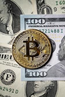 Koncepcja biznesowa widok z góry na kryptowalutę bitcoin z walutą papierową dolar usd na ciemnym czarnym tle tabeli.