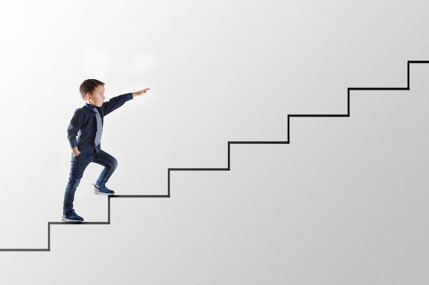 Koncepcja biznesowa wzrostu młody biznesmen wspinający się po szczeblach kariery