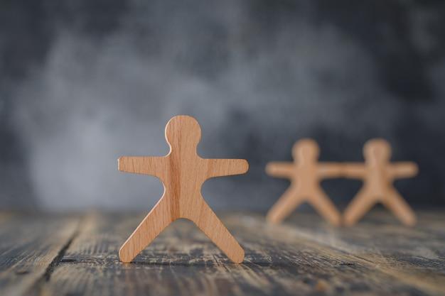 Koncepcja biznesowa z drewnianymi figurami osób widok z boku.