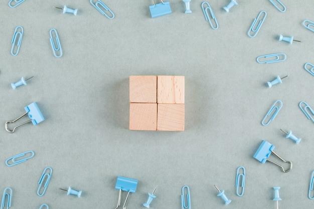 Koncepcja biznesowa z drewnianymi klockami, spinaczami, spinaczami do segregatorów.