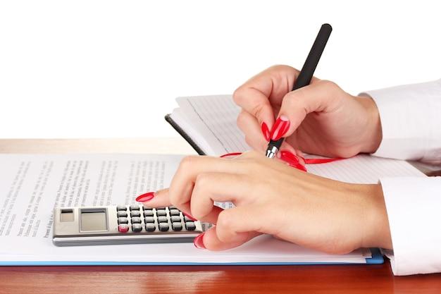 Koncepcja biznesowa z piórem i kalkulatorem