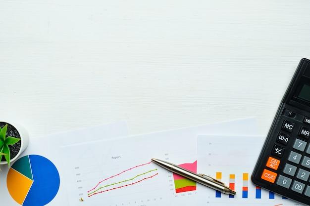 Koncepcja biznesowa z wykresami i raportami