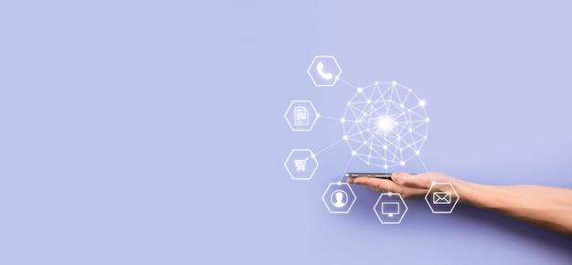 Koncepcja biznesowa zamknij się człowieka za pomocą inteligentnego telefonu komórkowego i ikony infografiki społeczności technologii digital.concept hi tech i dużych danych. stonowany obraz