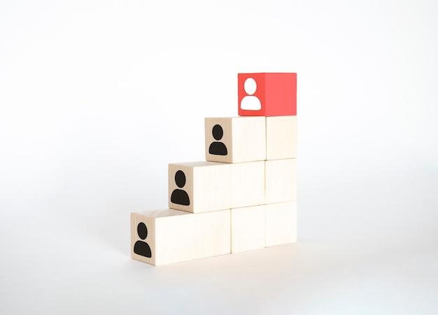 Koncepcja biznesowa zarządzania zasobami ludzkimi i talentami i rekrutacji, ręczne umieszczenie bloku drewna na górnej klatce schodowej, miejsce na kopię