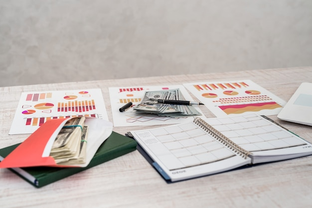Koncepcja biznesu, biura i pieniędzy - papier wykresu lub wykresu nas pieniądze na stole