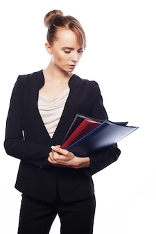 Koncepcja biznesu, finansów i ludzi: bizneswoman z folderami na białym tle