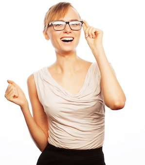 Koncepcja biznesu, finansów i ludzi: młoda kobieta biznesu w okularach