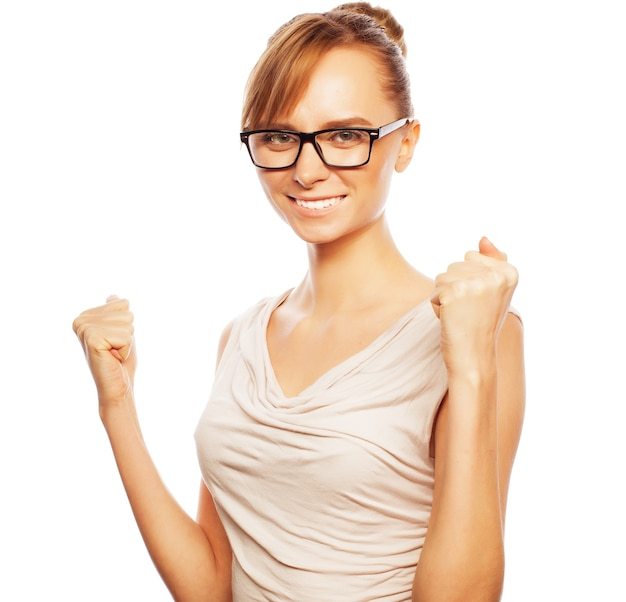 Koncepcja biznesu, finansów i ludzi: odnosząca sukcesy kobieta biznesu z podniesionymi rękami