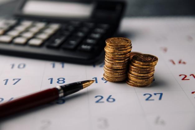 Koncepcja biznesu, finansów i pożyczek. miesięczne oszczędności i planowanie pieniędzy na wydatki