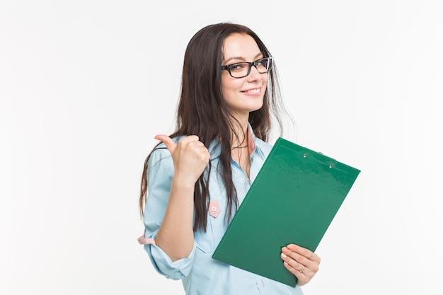 Koncepcja biznesu i ludzi - piękna kobieta, robienie notatek i pokazując kciuki do góry gest na białej powierzchni