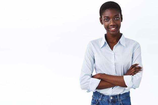 Koncepcja biznesu, kobiet i firmy. od pasa do góry portret uśmiechniętej afro-amerykańskiej pani szefowej