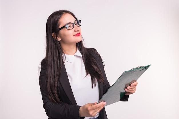 Koncepcja biznesu, pracy i ludzi - azjatyckie młoda kobieta trzyma folder.